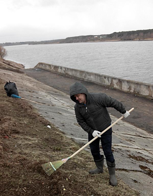 Александр Вахтангов, скрываясь от объектива,  надел капюшон