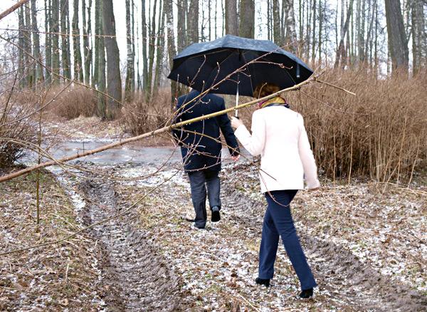 Р.В. Андреев с помощницей покидает парк