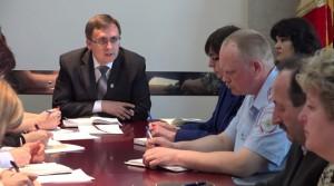На планерке  глава города Р.В. Андреев утверждал, что обводка ям незаконна и отвлекает водителей