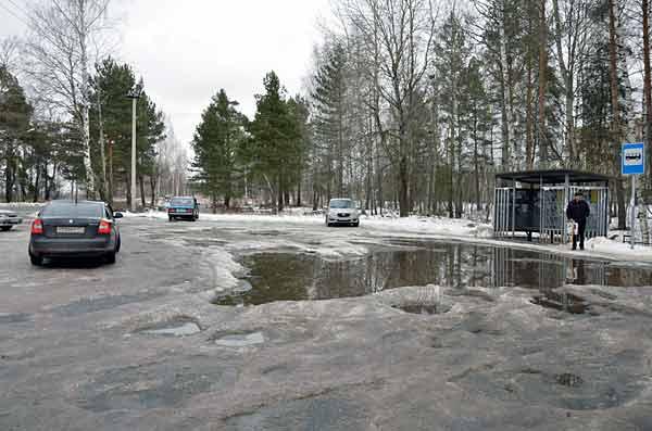 Огромная яма у Медсанчасти прямо перед автобусной остановкой