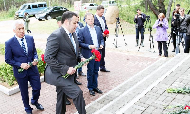 Возложили цветы к памятнику Советскому солдату Игорь Руденя и Владимир Мединский