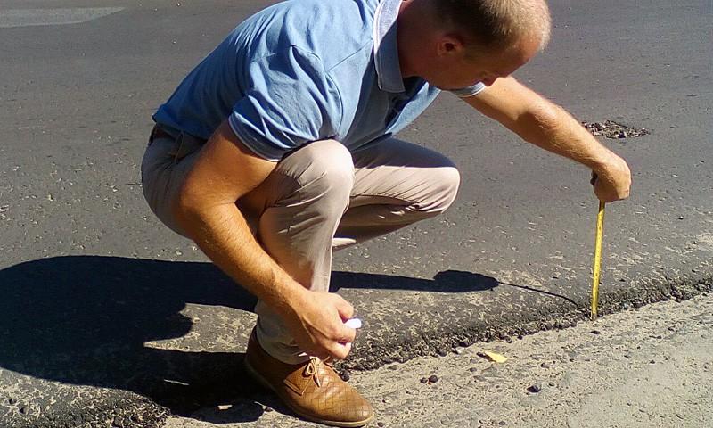 Толщина асфальтового покрытия на краях дороги не превышает 3 см.
