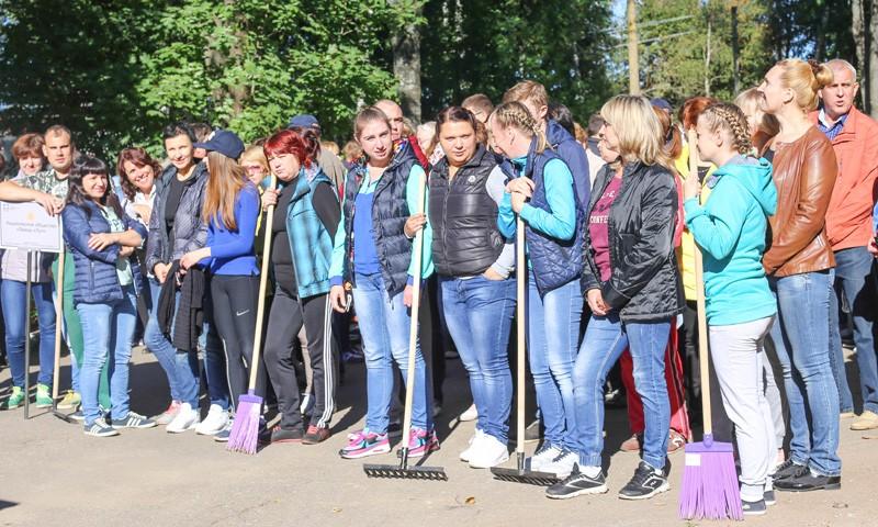 Жители и коммунальная техникав Осташкове вышли на субботник