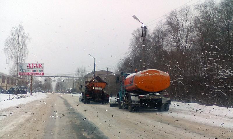"""Из 3-х КДМ, кторые есть у ООО """"СМ-2М"""" работают 2 машины, КАМАЗ сломался. Песка и соли нет. Снег во время оттепели не вывезен."""