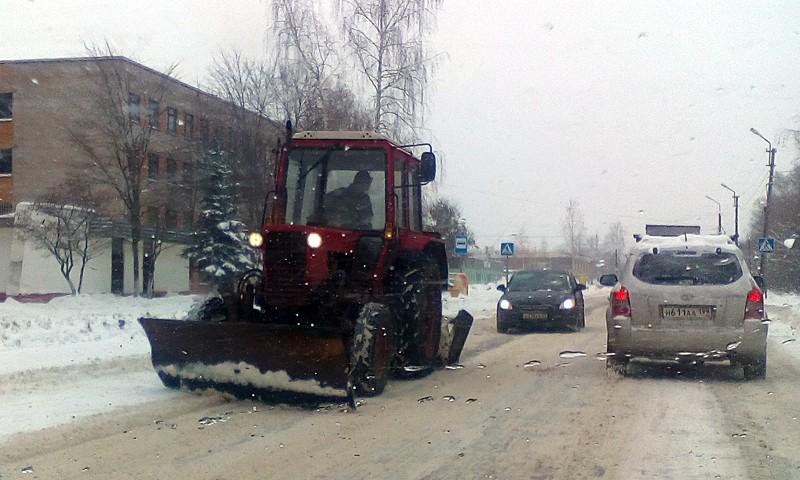 """В ООО """"СМ-2М"""" два трактора """"Беларусь"""". Зачем он шлифует лед и тратит деньги на солярку непонятно."""