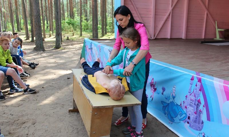 Энергетики Тверьэнерго и спасатели провели совместный урок по безопасности для воспитанников летнего лагеря