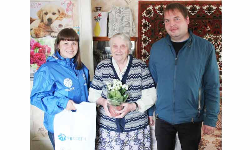 Сотрудники Тверьэнерго поздравили ветеранов отрасли с Днём пожилого человека