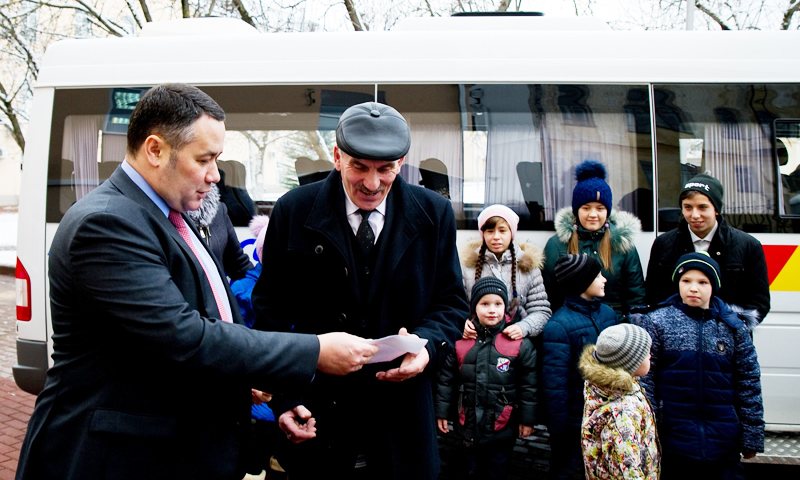 Игорь Руденя вручил микроавтобус приемной семье Косиковских из Тверской области
