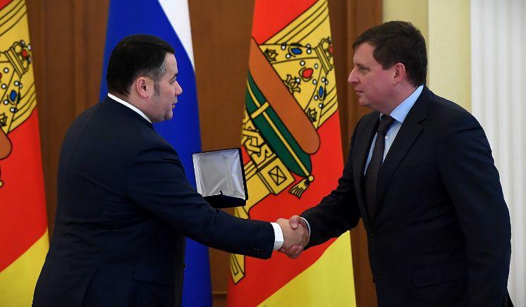 Губернатор Игорь Руденя наградил сенатора Андрея Епишина знаком «Во благо земли Тверской»