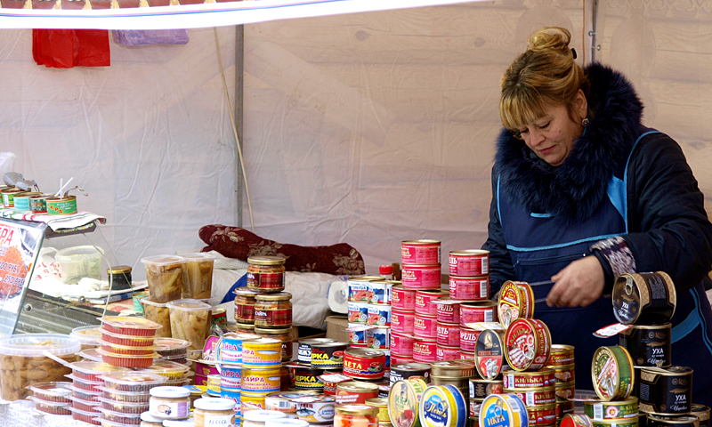 Бакалея и консервы на ярмарке в Кимрах