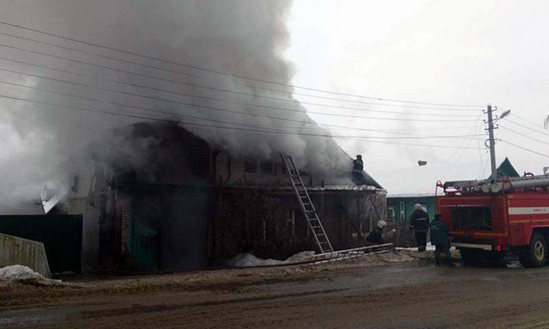 Четыре экипажа пожарных заняты в тушении дома в Кимрах на ул. Вагжанова, 41