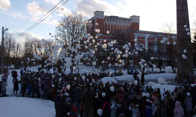 27 марта кимряки несли свечи, игрушки, цветы к месту поминовения погибших при пожаре в Кемерове