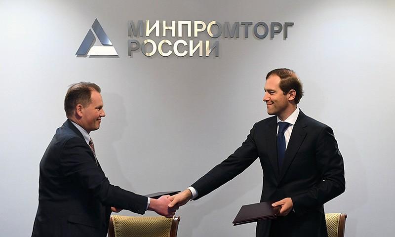Губернатор Игорь Руденя и сенатор Андрей Епишин приняли участие в подписании специального инвестконтракта Минпрома РФ с «Хамильтон Стандард-Наука»