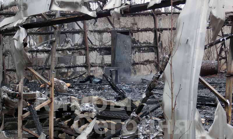 Вот так выглядят остатки ангара на Ильинском шоссе в Кимрах после пожара