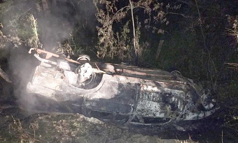 Машина свалилась в кювет и загорелась