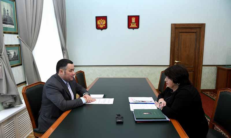 Губернатор Игорь Руденя провел рабочую встречу с заслуженным врачом Российской Федерации Каринэ Конюховой