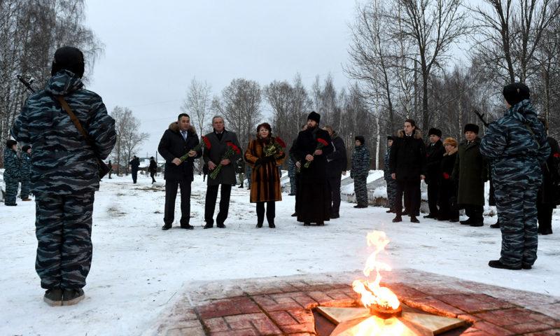 Игорь Руденя возложил цветы к воинскому захоронению в Вышнем Волочке