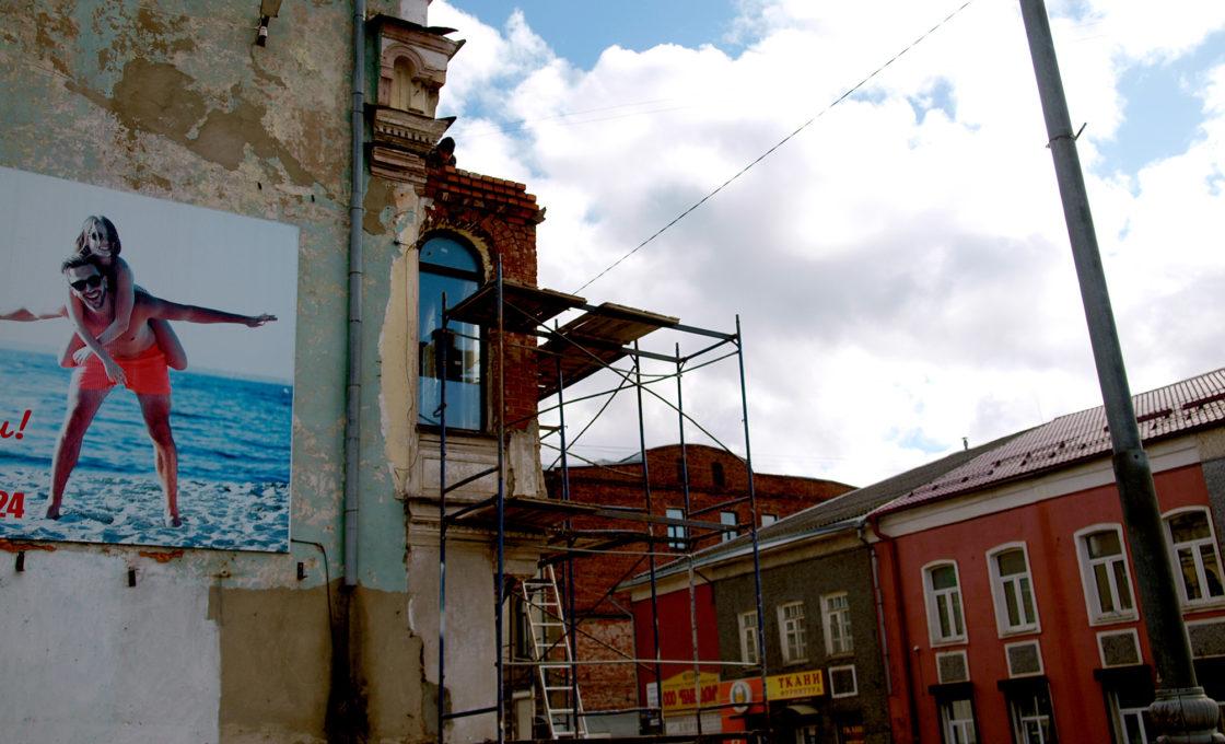 Строительные леса в городе Кимры на фоне голубого неба