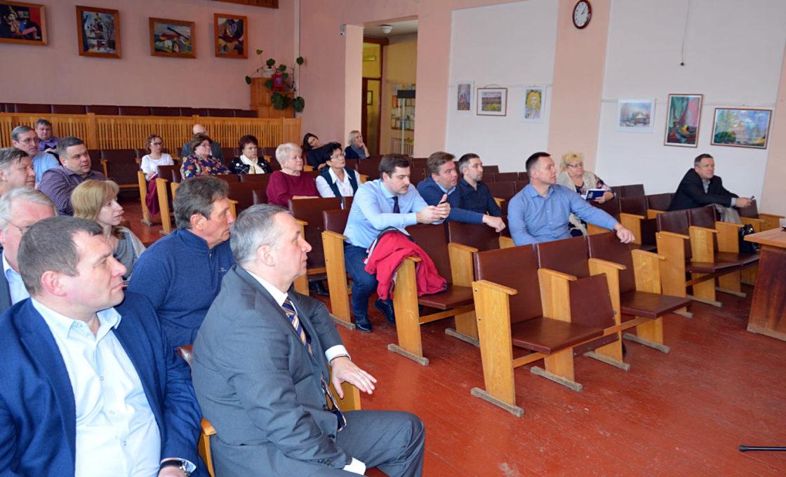 В обсуждении приняли участие депутаты, их помощники, представители общественности