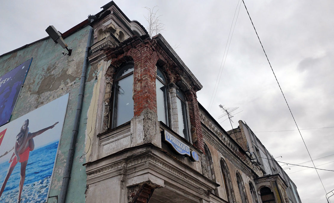 Опасный эркер исторического здания дома Потапенко в Кимрах