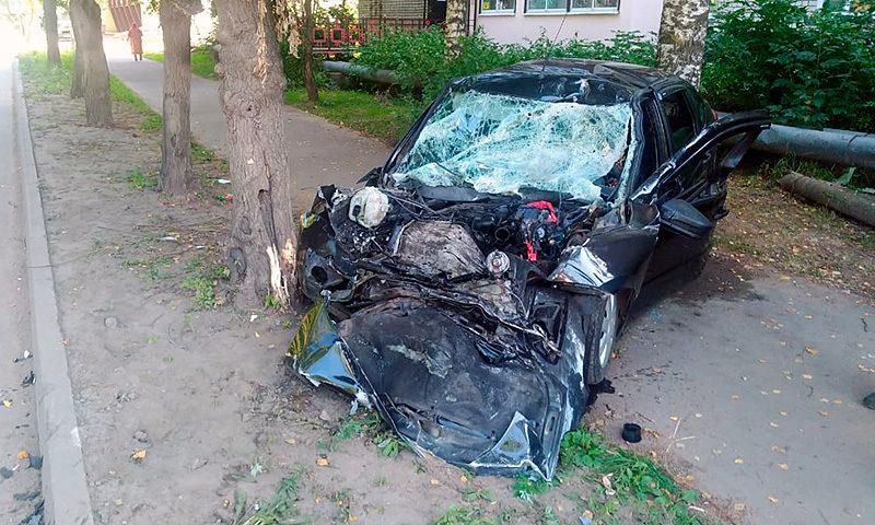 В жестком лобовом столкновении Шевроле с Грантой в городе Кимры пострадали 3 человека