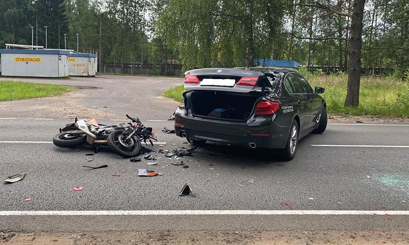 Мотоциклист въехал в автомобиль