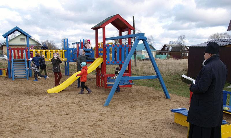 Жителям частного сектора подарили детскую площадку