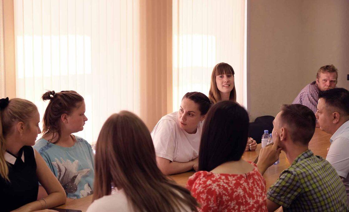 Юлия Саранова рассказывает кимрским молодым людям и девушкам о тонкостях создания добровольческих организаций