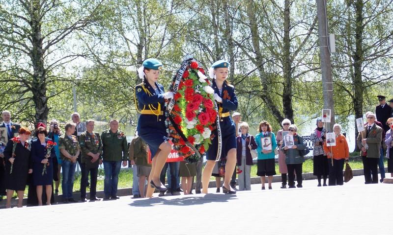 Жители Кимрского района возложили цветы к Обелиску Победы